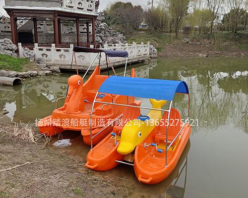 情侣游玩水上聚乙稀脚踏船